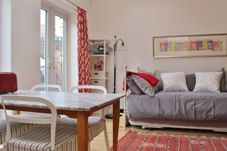 Airy SW London studio, own entrance & patio garden - Teddington - Lejlighed