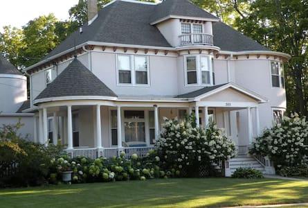 Townsend Bridal Suite at the Hanson House B&B - Cambridge