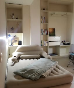 极简风现代感,公寓合租豪华充气床,豪华大沙发!毗邻小吃街! - Pis