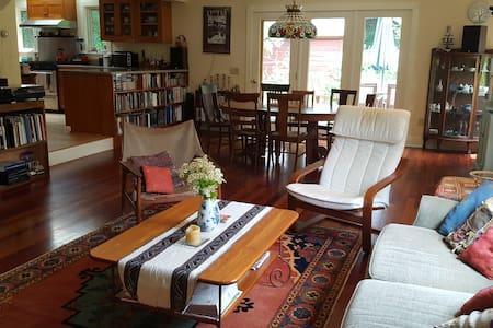 Spacious Inviting Farmhouse - Great Barrington - Σπίτι