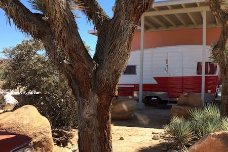 Vintage Shasta Camper Trailer ~ Red - Τροχόσπιτο