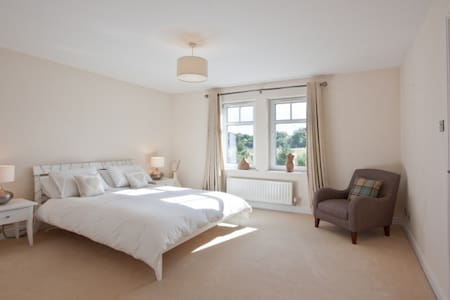 En-suite room in luxury detached Edinburgh house - Casa