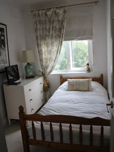 Pretty single room in Egham Town Centre - Ház