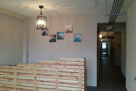 新開幕,驚喜價!明亮乾淨便利的背包客宿舍,物超所值的上下舖的獨立床位 - Daxi Starbucks - Appartement