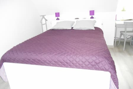 Chambre spacieuse et cosy avec étage privatif. - Montbré - House