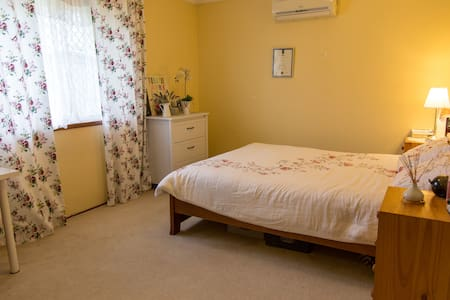 Comfortable queen bedroom in a cozy & quiet house - Beckenham