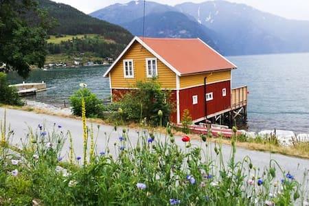 Båtnaust, med leilighet - Zomerhuis/Cottage