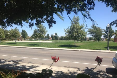 Close to Airport and Downtown Sac - House