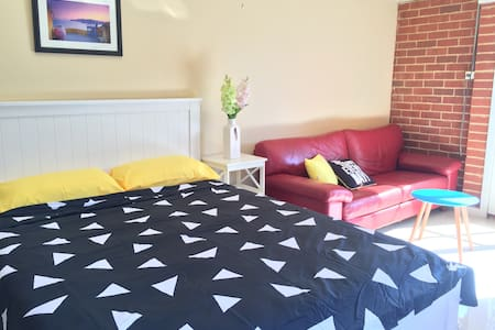 Cozy  sunshine room close to train &bus station - Reservoir - Hus