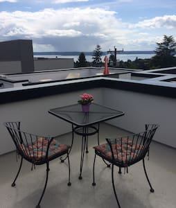 Private room/bath with roof deck - Seattle - Townhouse