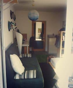 Zimmer mit Balkon in entspannter 3er WG - Apartamento