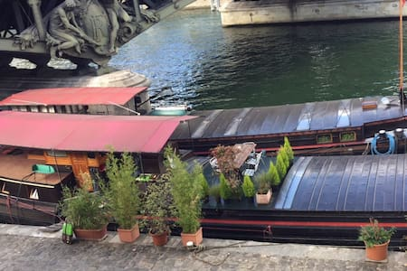 Studio on a houseboat next to the Eiffel Tower - París