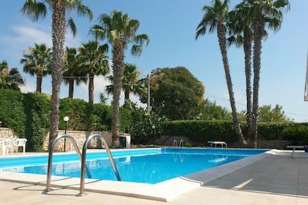villa with pool near the sea - Villa