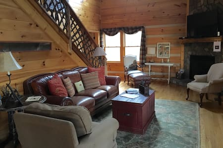 Beautiful cabin w/hot tub & privacy - House