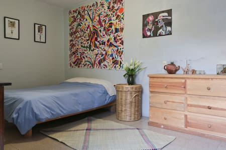 Walk everywhere! Room+private bath! - Haus