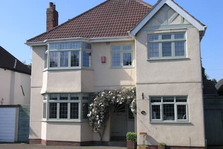 Modern Home close to local amenities/city centre - House