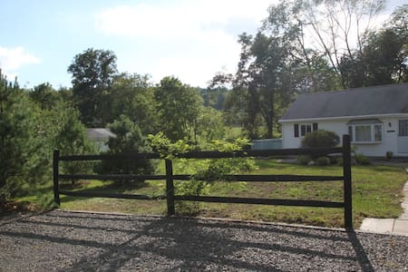 Adorable cottage in pastoral setting - Gaylordsville