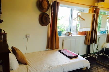 5 Min drive to town centre Room 2 - Casa