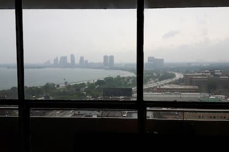 1 Spare room in Large Apartment -Nice View of LAKE - Appartement