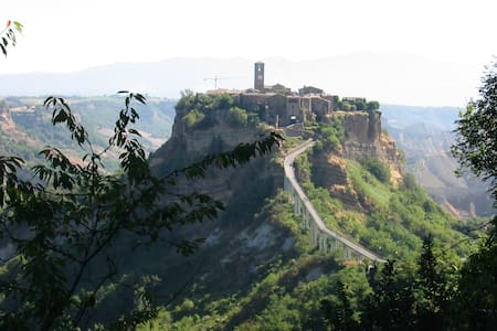 On the road to Civita di Bagnoregio - Haus