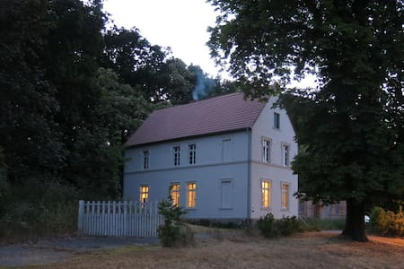 Historisches Gutshaus mit eigenem Bootshaus - Gumtow - Huis