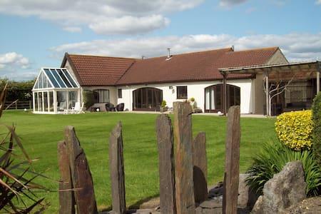 en-suite studio in converted barn with open views - Wick Saint Lawrence