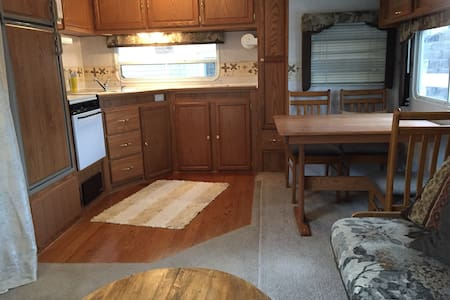 Nice RV on farm w access to house. - Karavan/RV