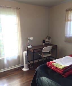 Bedroom Facing CulDeSac + Amenities - Garland - House