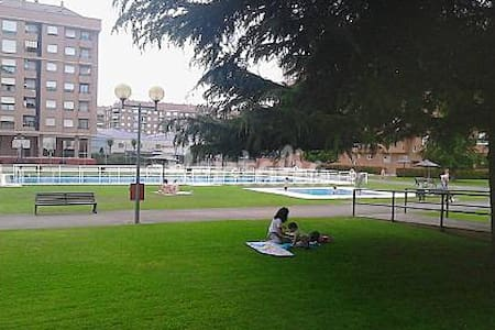 APTO. LUJO WIFI -PISCINAS-TENIS- BASKET-GARAJE - Logroño - Apartmen
