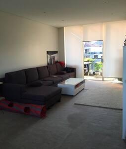 Great room private convenient loc'n - Wolli Creek - Apartment