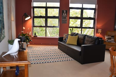 Tree Top View Warehouse Apartment - Daire