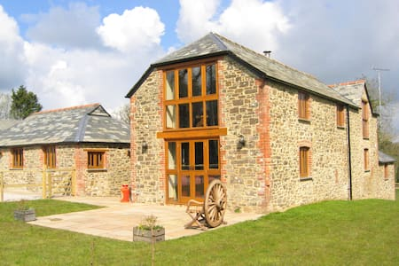 Stone Barn luxury eco barn conversion + garden - Clawton - Casa