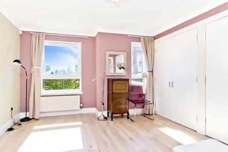 Quiet Ensuite spacious bedroom in vegan flat - 格拉斯哥