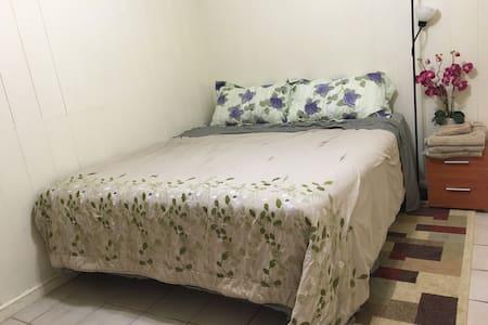 Quiet Master Bedroom with parking - Casa