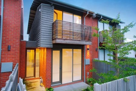 UNIQUE villa@villamanta Place Geelong/Geelong West - Townhouse
