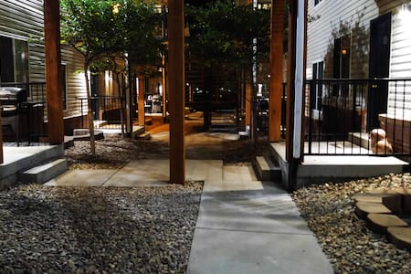 Quiet Room in Scenic Regis Neighborhood - Apartment