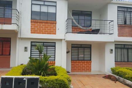 Linda casa en el piedemonte llanero colombiano - House