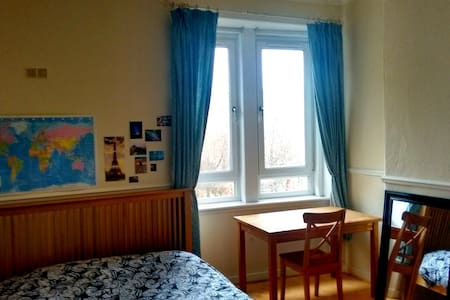Lovely room close to Centre (4 min on train) - Glasgow - Apartment