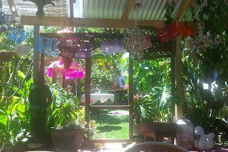 Den's Art Retreat in the Heart of town - South Fremantle - Casa