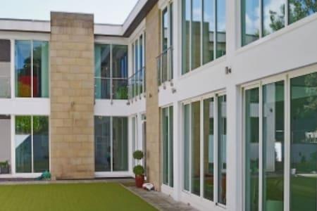 Woodside luxury villa with indoor pool sleeps 12 - Huddersfield