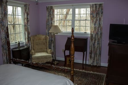 Large room, queen bed, private bath - Upper Marlboro