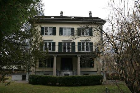 Zimmer in prächtiger Villa. zentral - Ennenda