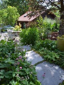 Garden cottage retreat - House