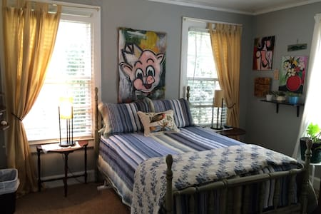 Artsy private bed & bath - Montgomery - Casa
