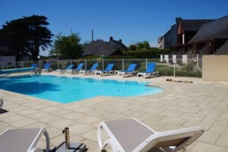studio avec piscine ne bord de mer - Apartment