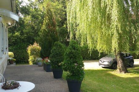 Chambre dans villa proche du centre de Vichy - Bed & Breakfast