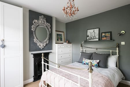 Lovely Double Bedroom with Private Bathroom - Hus