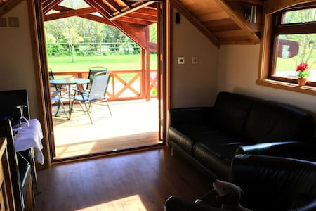 Luxury Cedar Lodge Nr Bath & Bristol - Cabin