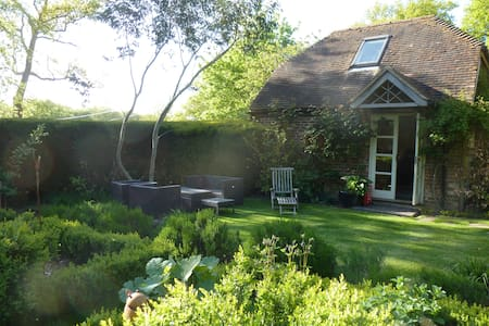 Cosy Garden Cottage near Petersfield sleeps upto 5 - Chatka w górach