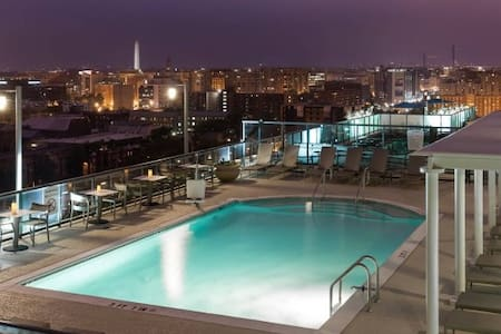 Modern 1BR with Rooftop Pool - Washington - Appartement